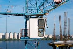 Kabin av industribyggnadkranen, närbild Kranen fungerar p? konstruktionsplats royaltyfria bilder