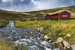 Kabin i bergen Arkivfoto