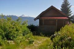 Kabin i bergen royaltyfri fotografi