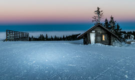 Kabin i bergen i vinter Arkivfoton