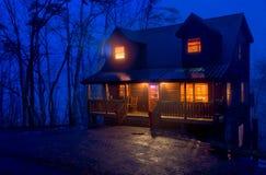 Kabin i bergen på natten Royaltyfri Fotografi