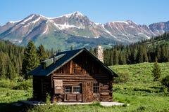 Kabin i Colorado Rocky Mountains royaltyfri fotografi