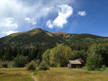 Kabin i Rocky Mountains Royaltyfri Foto