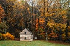 Kabin och h?stf?rg p? maxima av uttern, p? den bl?a Ridge Parkway i Virginia arkivbild