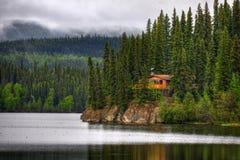 Kabin på en lake arkivbild