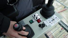 Kabin som kontrollerar kranen Sikt från kranförarearbetsplatsen Lastningsbryggakranförare som flyttar en havsbehållare arkivfilmer