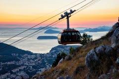 Kabina cableway i antyczny miasteczko Dubrovnik przy zmierzchem obrazy royalty free