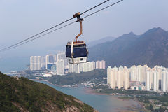 Kabina ropeway nad miastem, morzem i górami, Piękny krajobraz zdjęcie royalty free