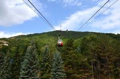 Kabina rusza się wzdłuż wagonu kolei linowej w górę góry nad fo zdjęcia royalty free