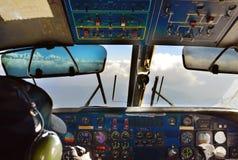 Kabina stary samolot pasażerski z pilotem Obrazy Royalty Free