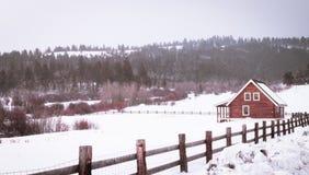 Kabina w drewnach przy zima czasem zdjęcie royalty free