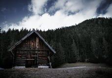 Kabina w lesie Italy przy górami zdjęcia stock