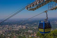 Kabina wagon kolei linowej przy Almaty miasta widokiem, Kazachstan Zdjęcie Royalty Free