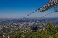 Kabina wagon kolei linowej przy Almaty miasta widokiem, Kazachstan Obrazy Royalty Free