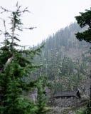 Kabine auf dem Bergabhang lizenzfreie stockbilder