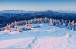 Kabine in den Bergen im Winter Geheimnisvoller Nebel In Erwartung der Feiertage Glückliches neues Jahr karpaten ukraine Lizenzfreies Stockfoto