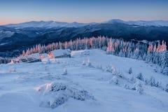 Kabine in den Bergen im Winter Geheimnisvoller Nebel In Erwartung der Feiertage Glückliches neues Jahr karpaten ukraine Lizenzfreies Stockbild