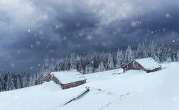 Kabine in den Bergen im Winter Geheimnisvoller Nebel In Erwartung der Feiertage karpaten Ukraine, Europa Glückliches neues… Bier! Stockfotos