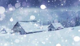Kabine in den Bergen im Winter Geheimnisvoller Nebel In Erwartung der Feiertage karpaten Ukraine, Europa Glückliches neues… Bier! Lizenzfreies Stockfoto