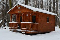 Kabine in der Mitte des Holzes Stockfotografie
