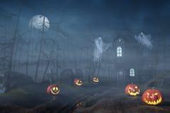 Kabine in einem Halloween-Wald mit Kürbislaternen nachts Lizenzfreies Stockbild