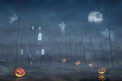 Kabine in einem Halloween-Wald mit Kürbislaternen nachts Lizenzfreies Stockfoto