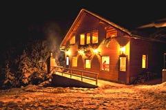 Kabine mit Schnee im Wald Stockfotografie