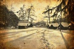Kabine mit Schnee im Wald Stockfoto
