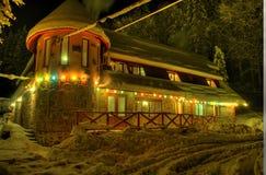 Kabine mit Schnee im Wald Lizenzfreies Stockbild
