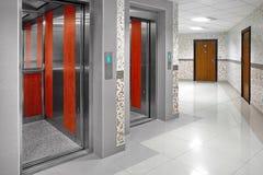 Kabine mit zwei offene Aufzügen Lizenzfreie Stockbilder