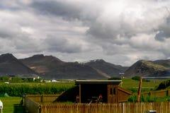 Kabine vor Bergen stockfotografie