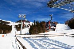 Kabinen der Kabelbahn an der Station und an der Ansicht der Skisteigungen am Jasna-Skiort, Slowakei lizenzfreie stockfotografie