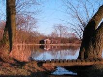 Kabinen durch den Teich Stockbilder