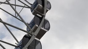 Kabinen Ferris Wheel, der auf einen Hintergrund des bewölkten Himmels sich dreht stock video footage