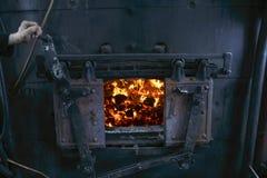 Kabinenlokomotivführer Offener Firebox mit brennender Kohle lizenzfreie stockfotografie