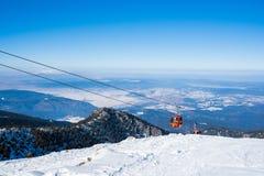 Kabiner av skidlift på vinterbergsemesterort Royaltyfria Bilder