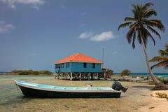 Kabiner på styltor på den lilla ön av tobak Caye, Belize Arkivbilder