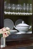 Kabinet met glazen en meer soupier Stock Foto's