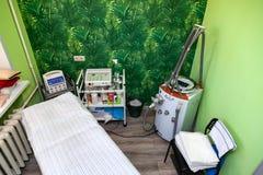 Kabinett cosmetology med en soffa f?r massage, apparatur f?r vakuummassagen LPG med gr?na v?ggar Hud och kroppomsorg att uppn? a royaltyfria bilder