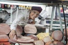 Kabinett för försäljareArranging Products In skärm på livsmedelsbutiken Stor Royaltyfri Foto