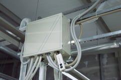 Kabinett för stängd kontroll för DX-spolen av luft som behandlar enheten i det industriella ventilationsrummet Arkivfoton