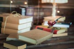 Kabinett i vindstilen Vardagsrum i ekostyle Bruna soffor, böcker och trästrålar royaltyfri bild