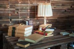 Kabinett i vindstilen Vardagsrum i ekostyle Bruna soffor, böcker och trästrålar royaltyfria bilder