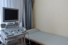 Kabinett ultraljud medicinsk fungeringslokal för utrustningsjukhus Diagnos och undersökning av mänskliga inre organ till och med  arkivbild