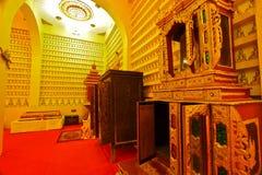 Kabinett und Möbel innerhalb der buddhistischen Halle Lizenzfreie Stockfotos