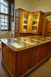 Kabinetter med kitchenware i det imperialistiskt försilvrar samlingen i Hofburgen arkivfoto