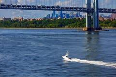 Kabinkryssare under den Verrazano bron med Manhattan i Backgen Royaltyfri Fotografi