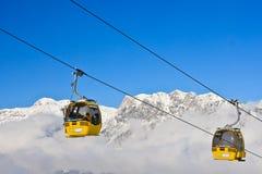 Kabinskidlift den Österrike semesterorten schladming skidar _ Royaltyfria Bilder