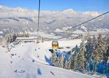 Kabinskidlift den Österrike semesterorten schladming skidar _ Arkivfoton