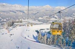 Kabinskidlift den Österrike semesterorten schladming skidar _ Royaltyfri Foto